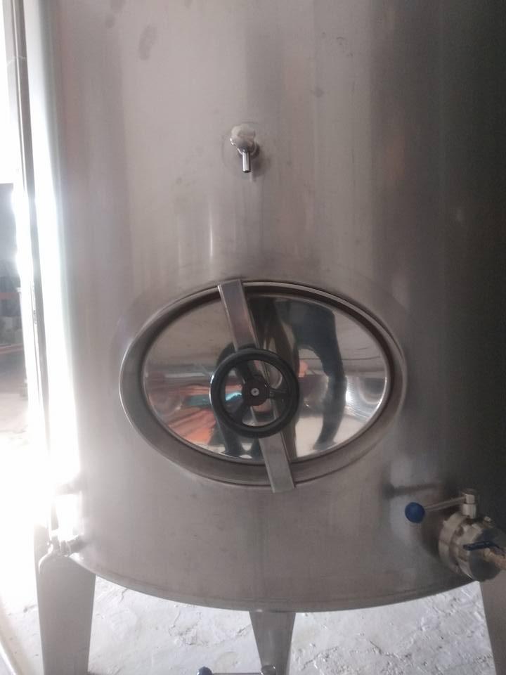 Bodega en Sevilla. Vino fermentado en depósitos de acero inoxidable